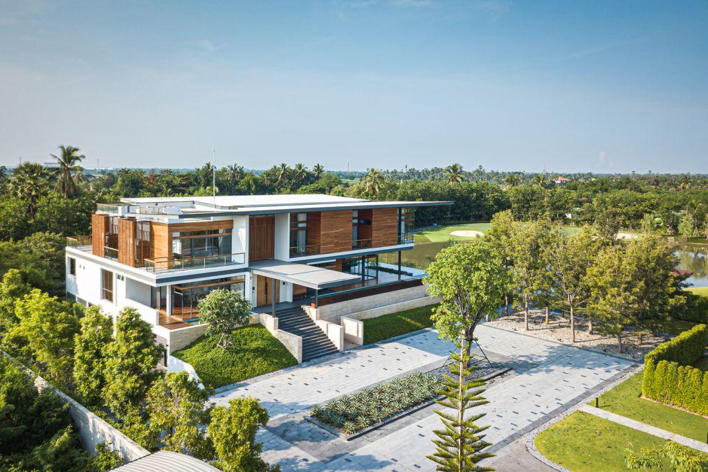 Nakhon Chai Si có tầm nhìn rộng ra sân golf