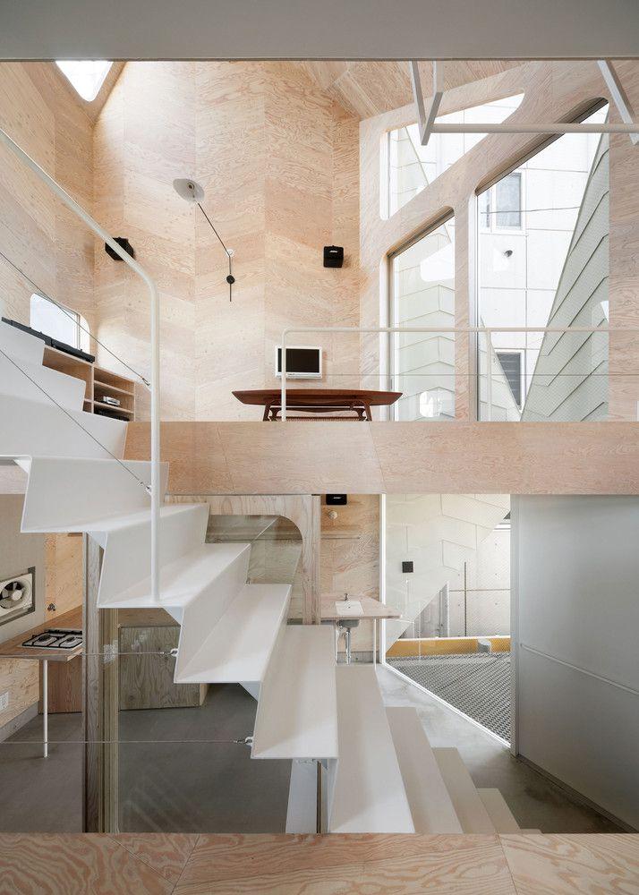 Cầu thang bằng kim loại nối các không gian
