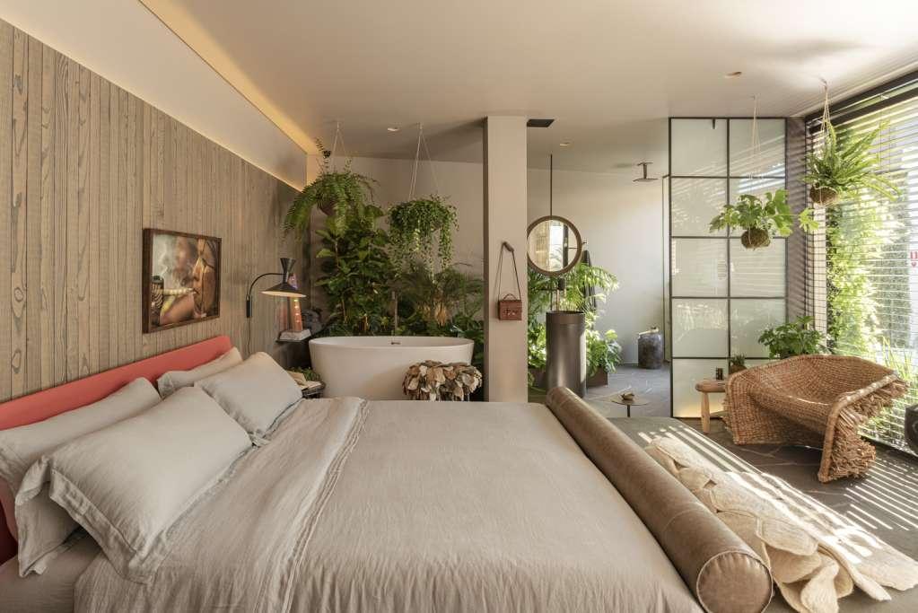 Thiết kế giường ngủ ngay cạnh bồn tắm độc đáo