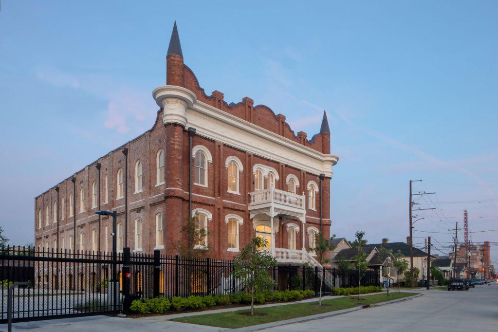 Schoolhouse cải tạo một ngôi trường cũ giữ nguyên kiến trúc cũ