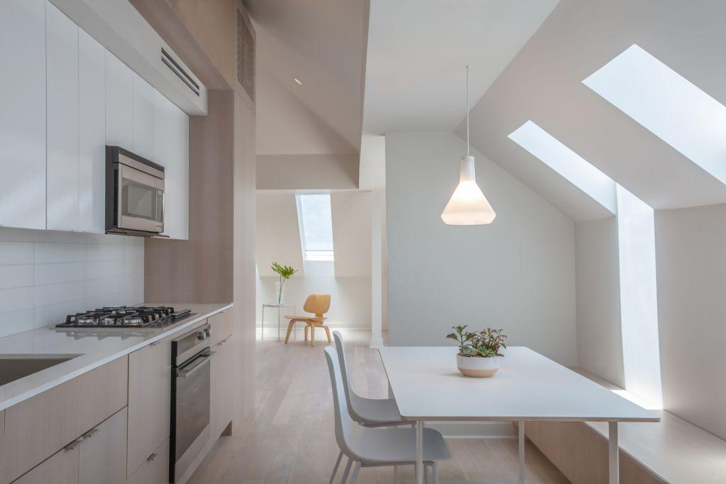 Cửa sổ trần tăng thêm ánh sáng tự nhiên